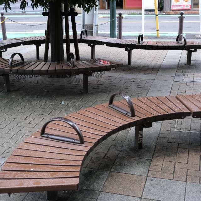 小雨のベンチ。杉並区にて