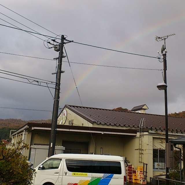 車の柄も虹。