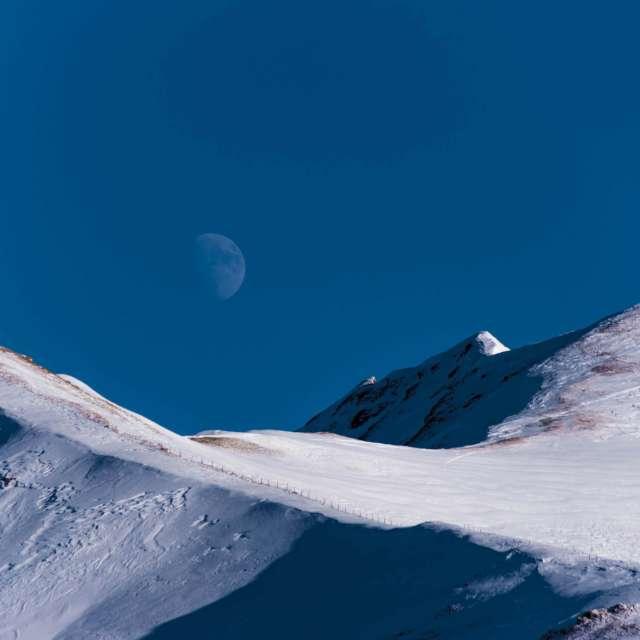 Schnee, Berge, Himmel und Mond
