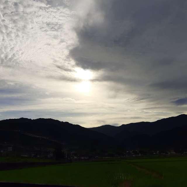晨曦陽光雲層邊
