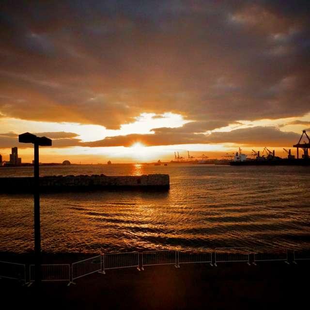 美しい夕陽と細波