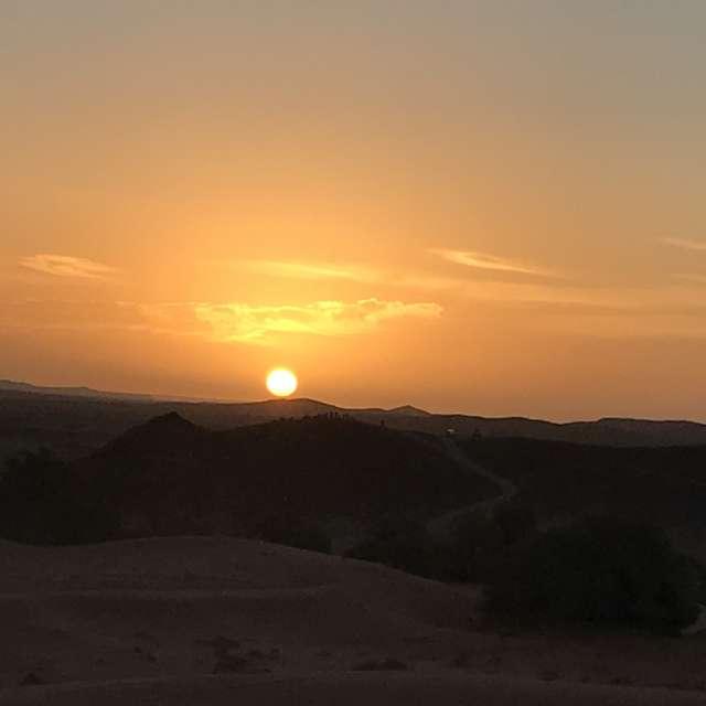 モロッコの砂漠での朝日