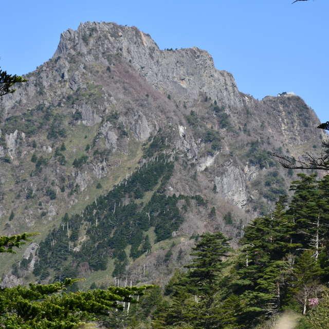 土小屋から稜線沿いの道を進むと石鎚山の全容が見えてきました。