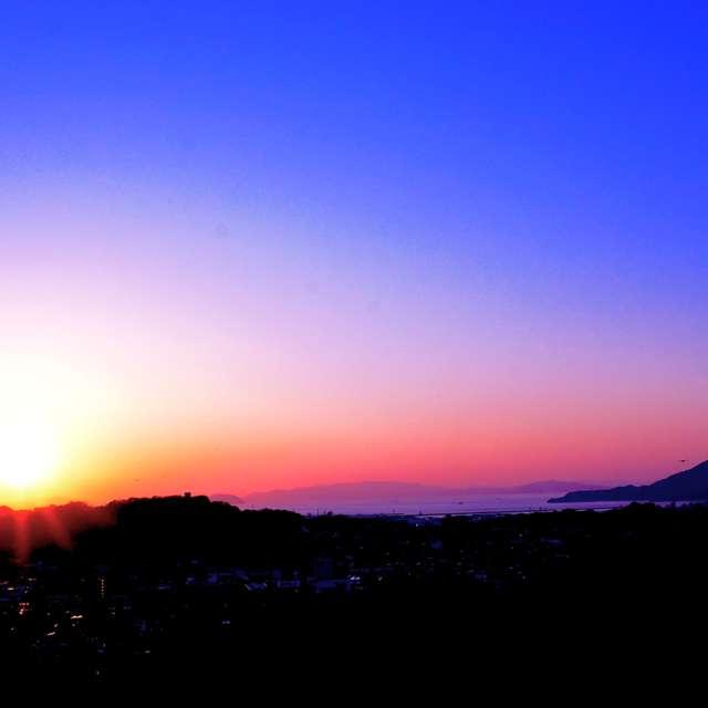 沈みゆく夕陽の輝きと瀬戸内海