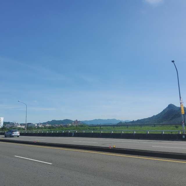 橋岸河堤沿山綠綿延至藍天