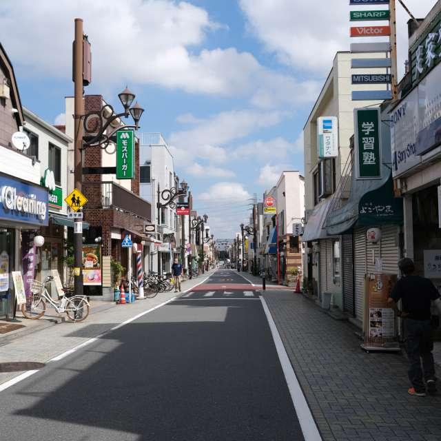 快晴、商店街の人出も少しずつ多くなる。