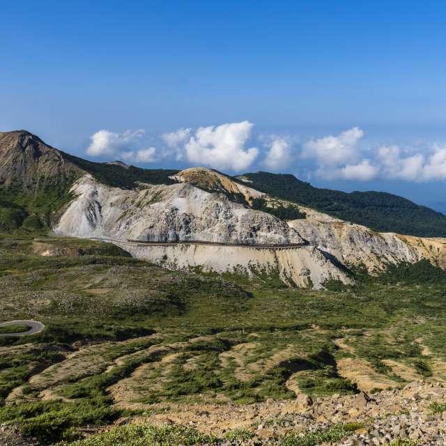 吾妻山連峰と蛇行する道路(磐梯吾妻スカイライン)