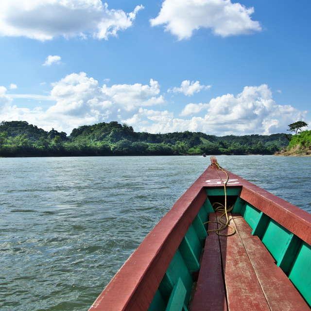 (←) メキシコ ー グアテマラ (→) 国境の川
