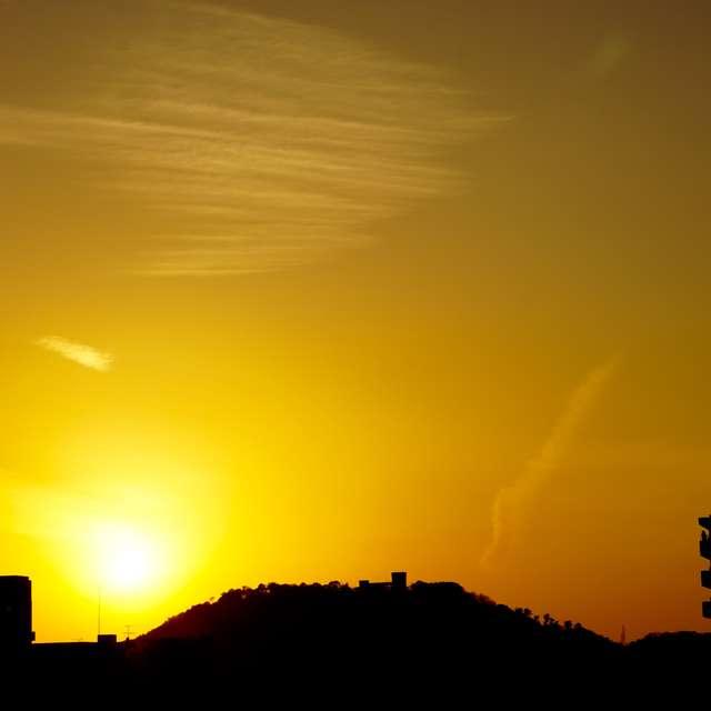 黄金色に輝く夕日