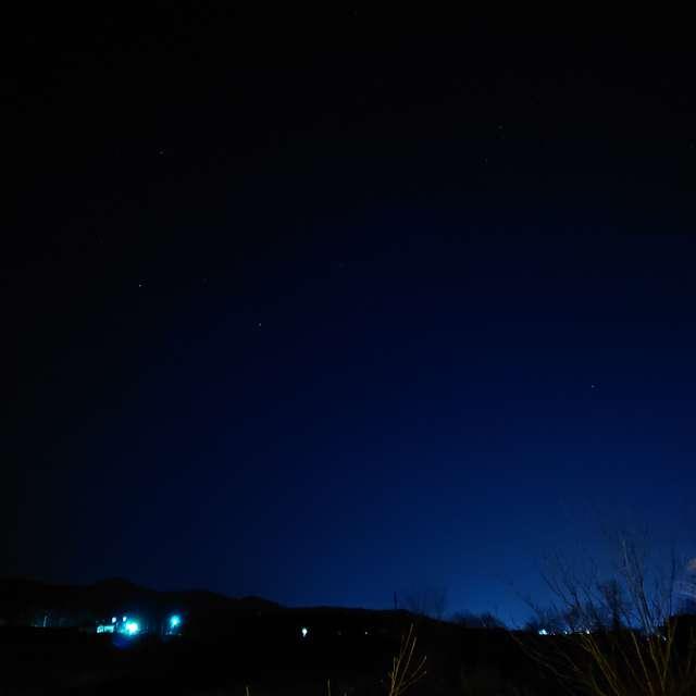 茅の穂と星空の夜景