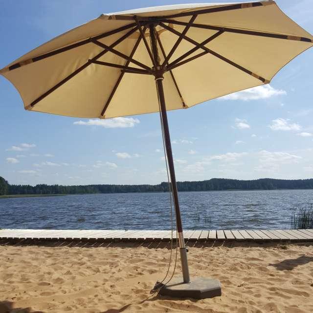 Зонтик. Пляж. Озеро