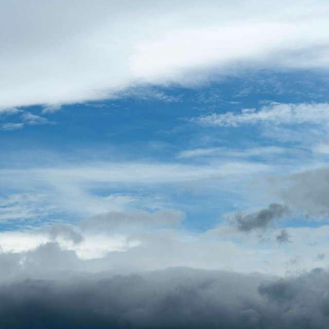 雲の隙間から青空が