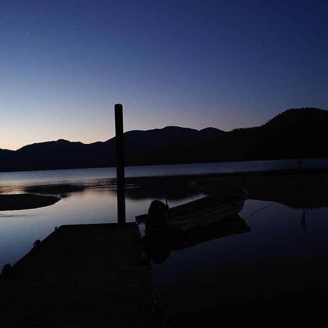 中禅寺湖菖蒲が浜より月とボート