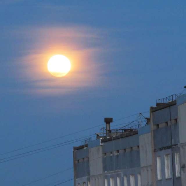 Полная луна над зданием