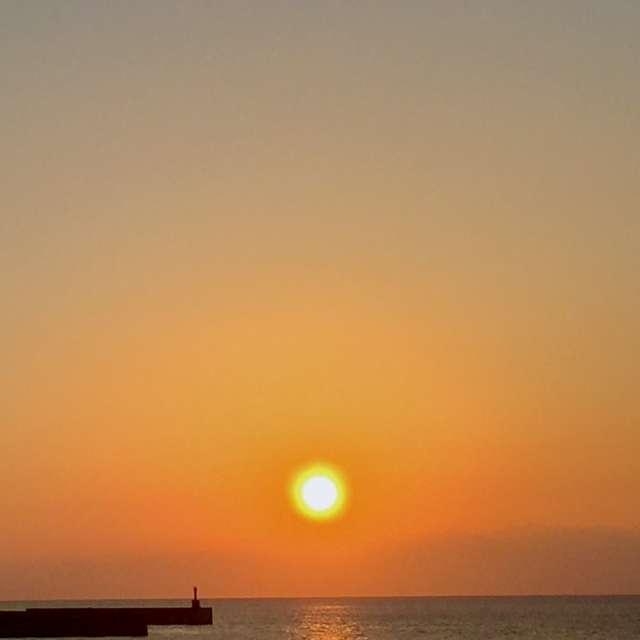 海面を照らす、穏やかな夕暮れ