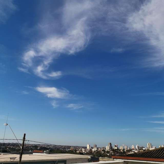 小高い丘から見える空と市街地