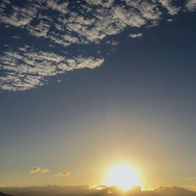 厳かに昇る太陽