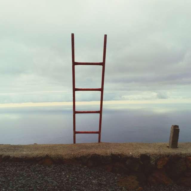 Escalera hacia el mar