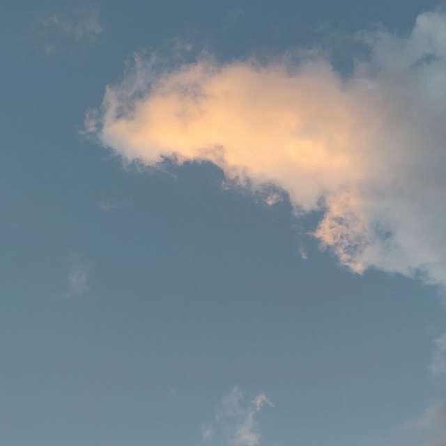 Ventoso y algunas nubes.