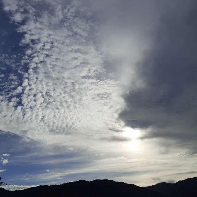 陽光欲穿越烏雲群