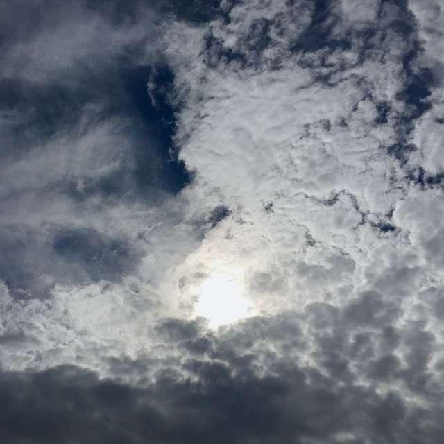 台風のような渦巻き状の雲
