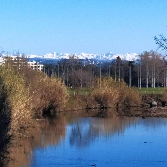 Ciel bleu dégagé montagnes lac