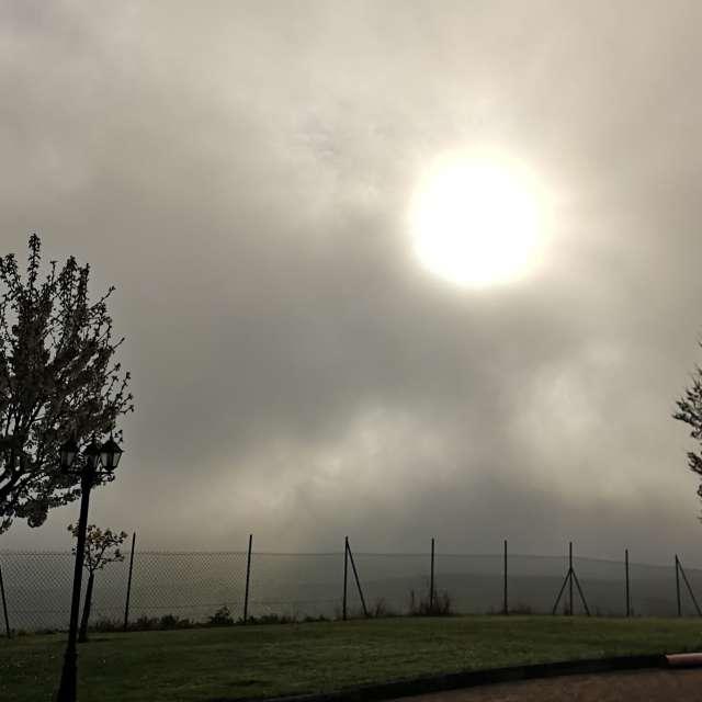 Nebbia e nuvoloso