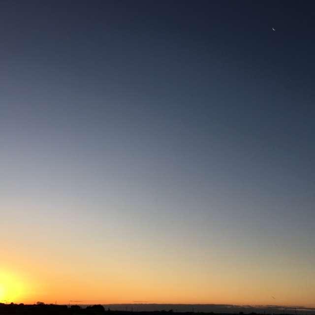 初日の出と細い月写っているかな。