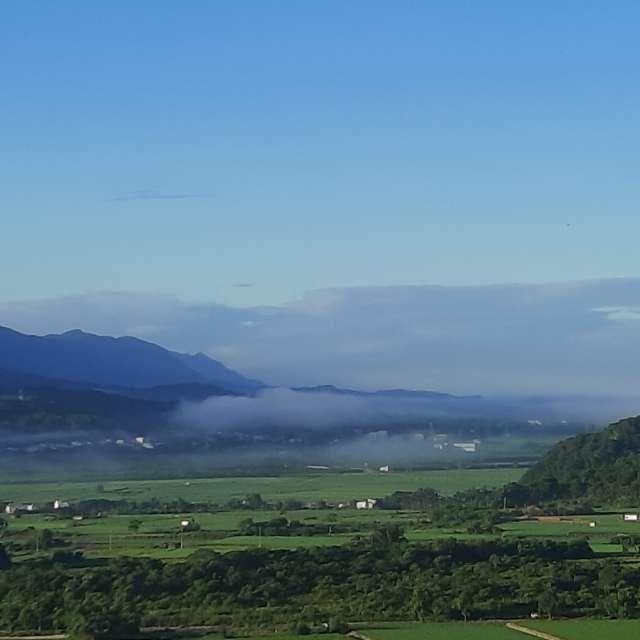 薄雲佈滿山脈