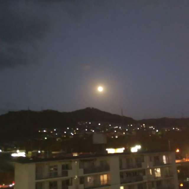 玄関先からお月さまを撮影したー