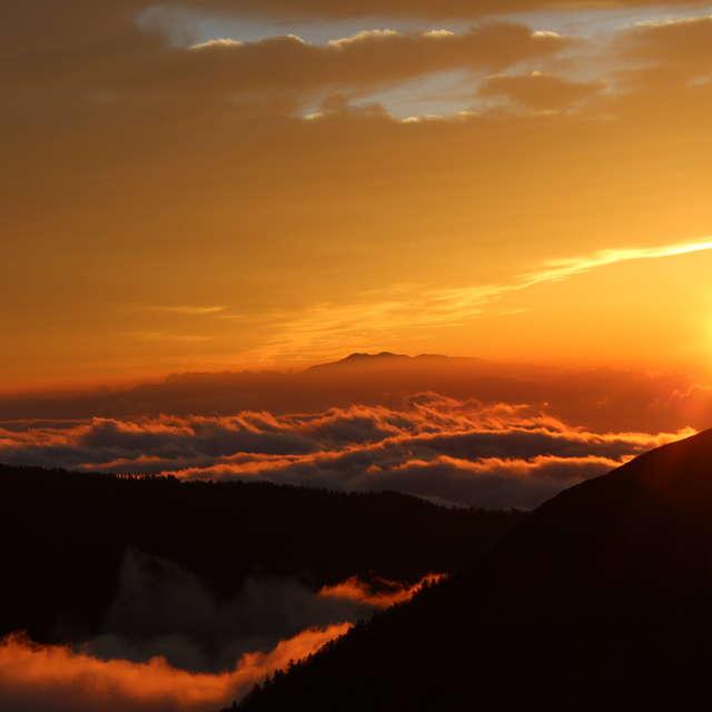 雲海に浮かぶ白山と夕陽