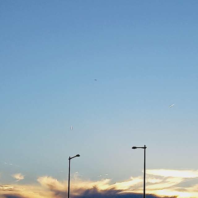 このサイズでは見えないが飛行機が3機、2機は飛行機雲作成中