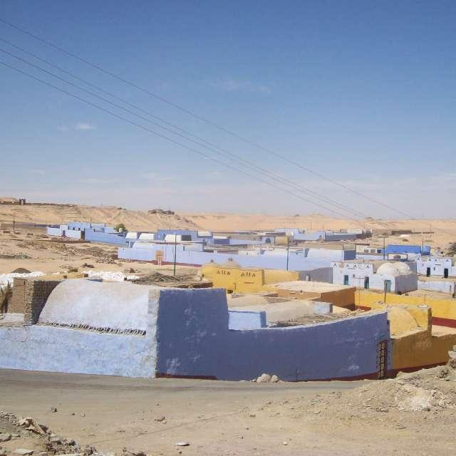 砂漠にカラフルな家並み