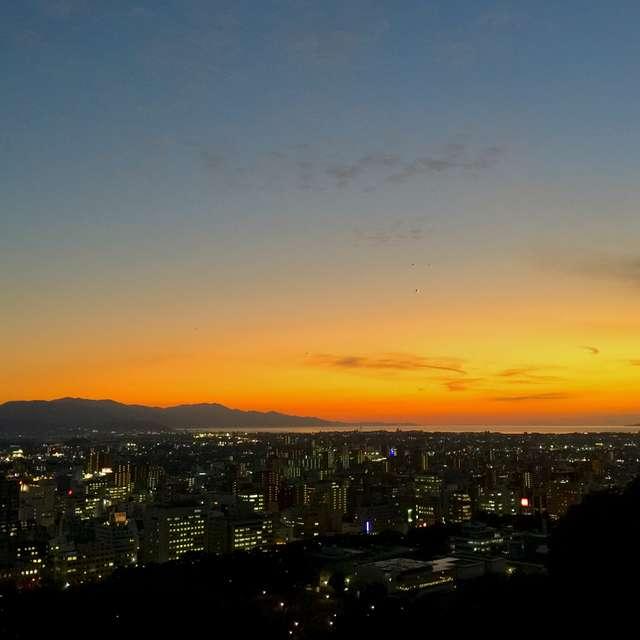 色鮮やかな夕暮れと街の灯