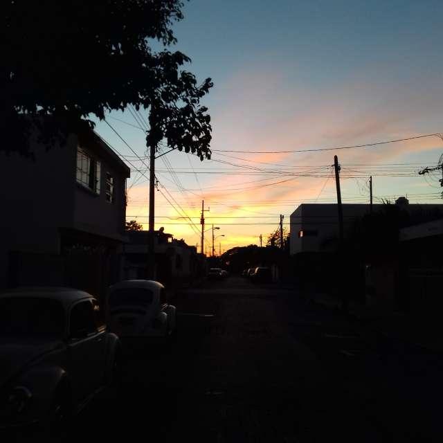 Puesta de sol desde una calle