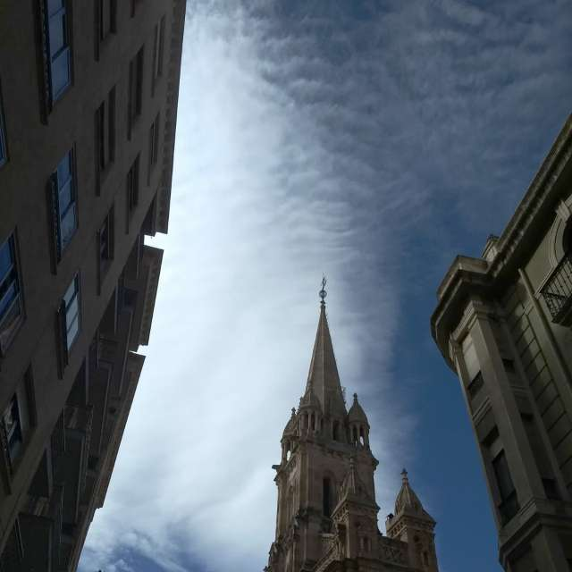 Pintando el cielo aguja torre.