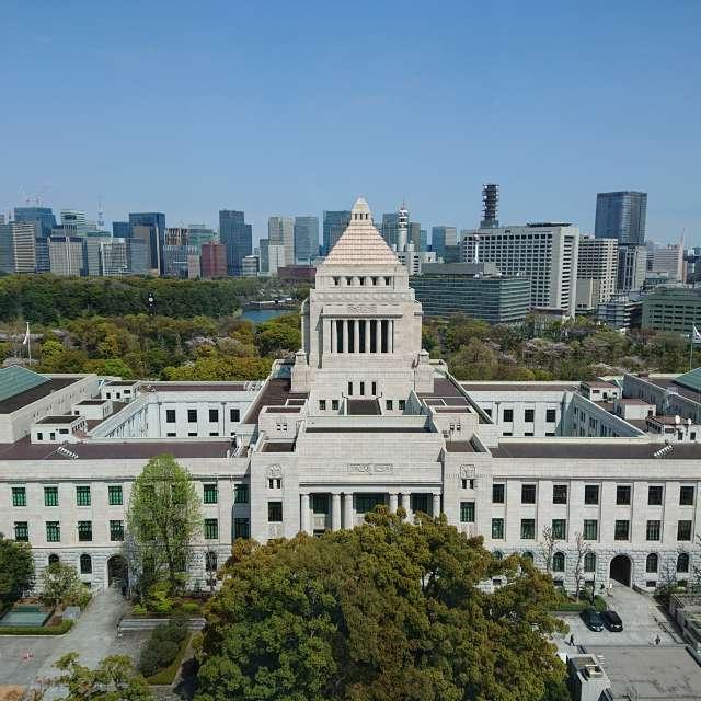 国会議事堂と都心のビル群