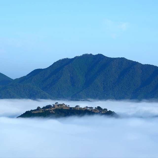 雲海につつまれる竹田城跡