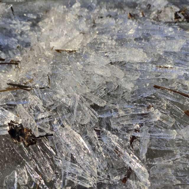 Продолговатые кристаллы льда