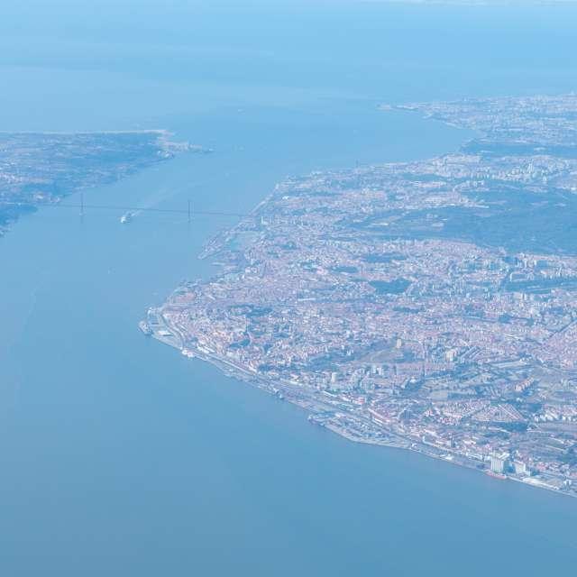 Cidade de Lisboa e o rio tejo