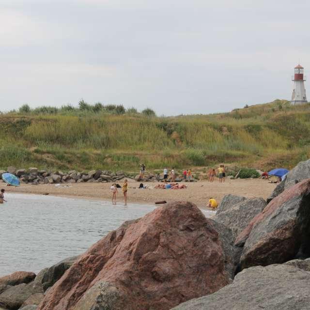 каменные глыбы   пляж и маяк