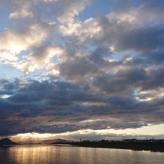朝焼けと川