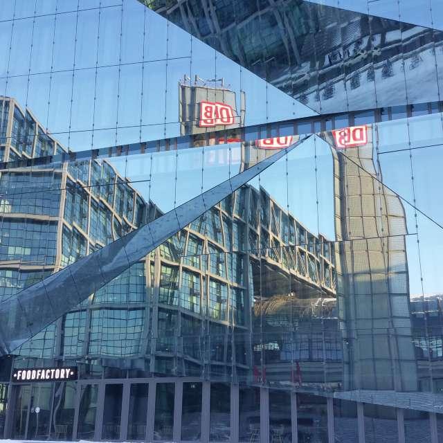 Berlin Hauptbahnhof gespiegelt