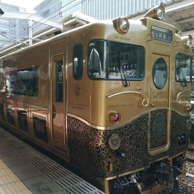 """美しく光り輝く""""或る列車"""" 博多駅にて。"""