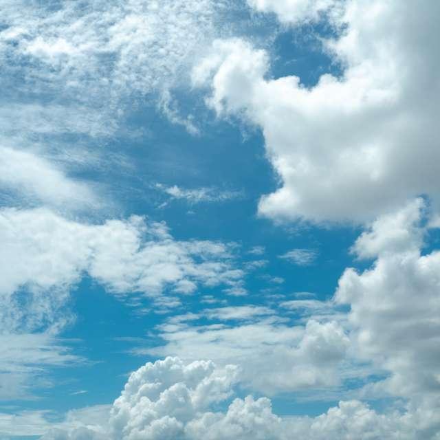 雲がたくさん浮かぶ空