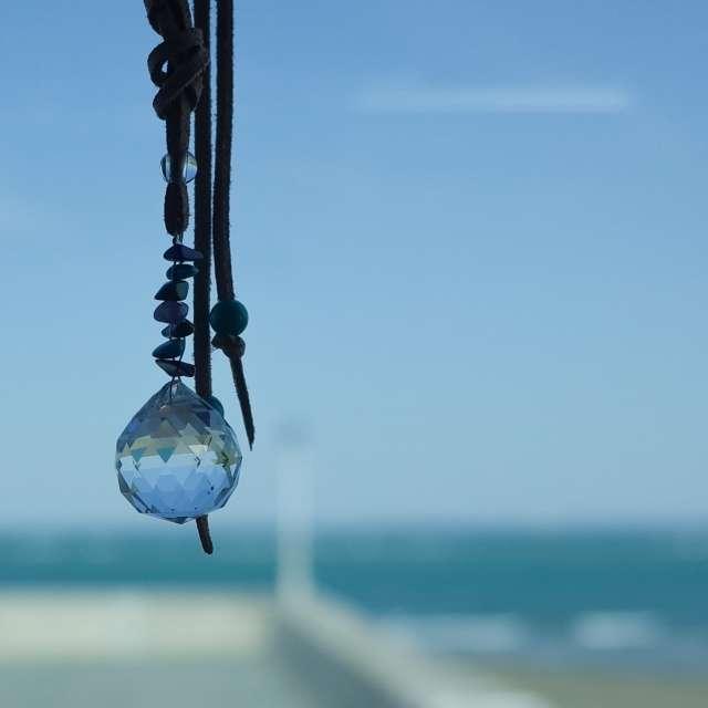 晴れた日の海とサンキャッチャー