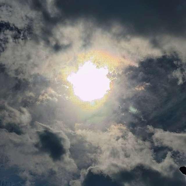 Sol entre nubes borrascosas.