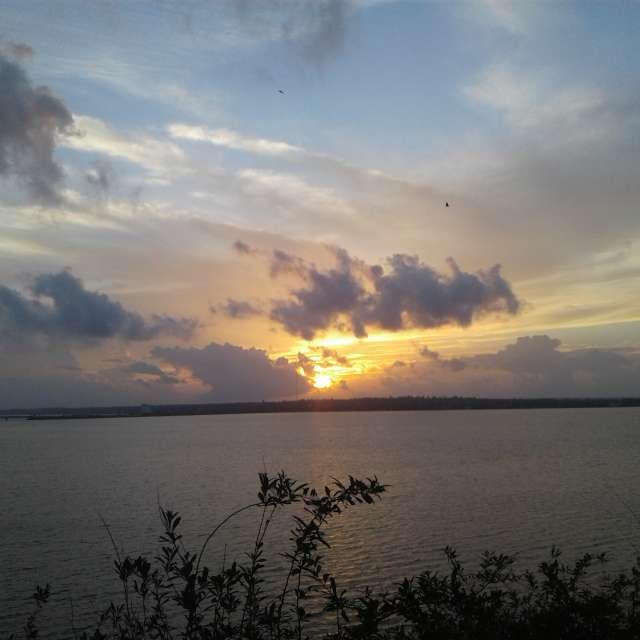 Река облака солнце тучи закат