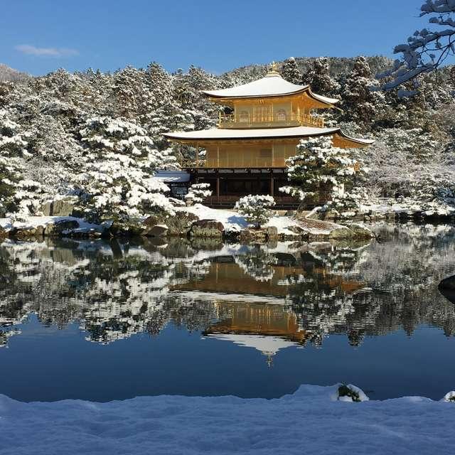 金閣寺の冬の朝です。