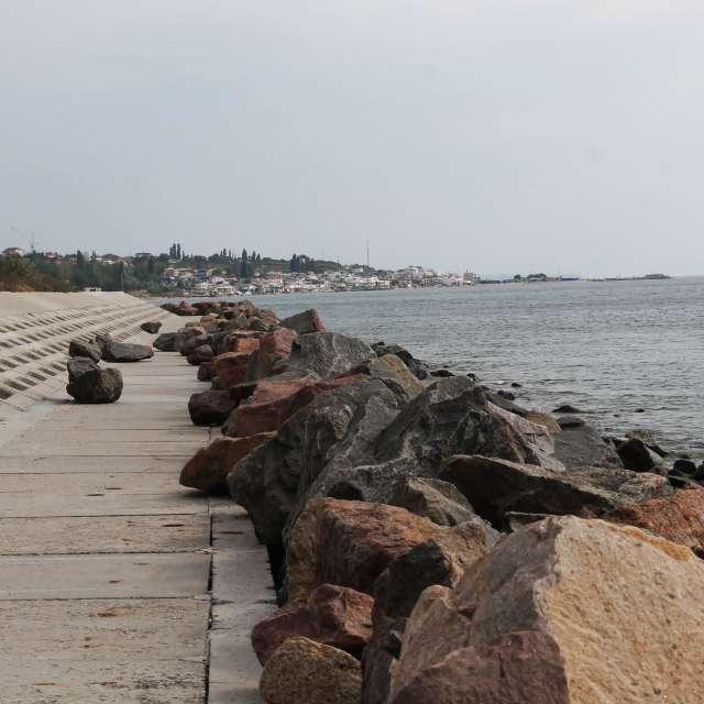 каменистый и бетонный пляж